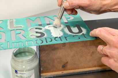technique du pochoir avec chalk paint la pajarita. Black Bedroom Furniture Sets. Home Design Ideas